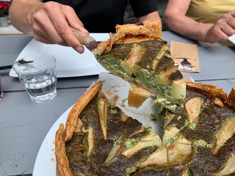 heerlijke vegetarische maaltijden, waaronder hartige taart als lunch op de Lemeler Esch tijdens het yogaweekend