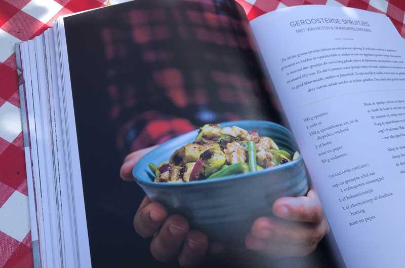 Kookboek met verschillende warme en koude salades