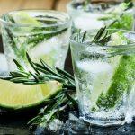 water drinken met kruiden om af te vallen - voorbeeld met rozemarijn en lemon