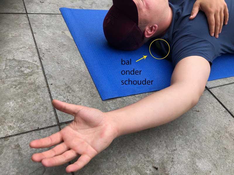 Met een bal schouderspieren losmaken