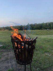 ontspannen bij een vuurkorfje met deelnemers yogaweekend lemeler esch