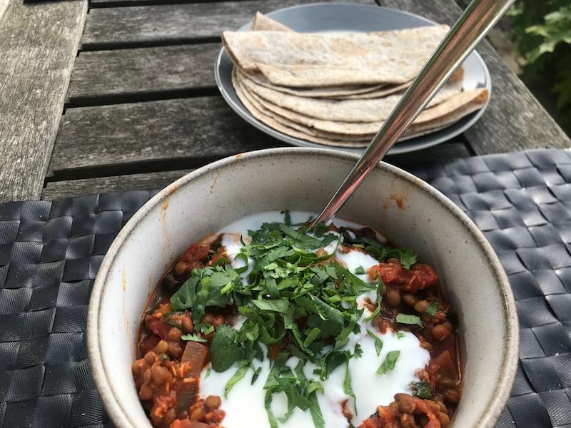 makkelijke curry met rode linzen en wraps