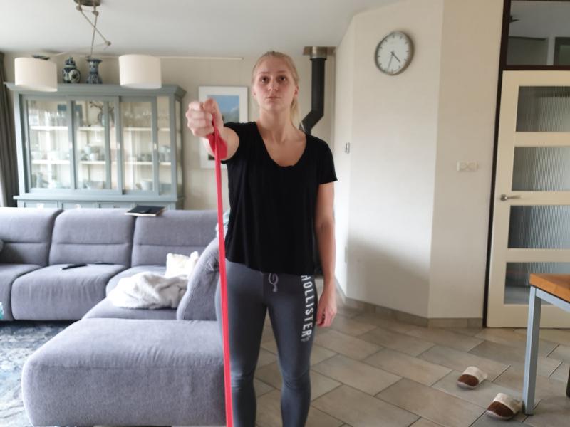 Schouderoefeningen met elastiek, thuis sporten
