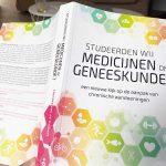 Doen artsen aan medicijnen of geneeskunde?