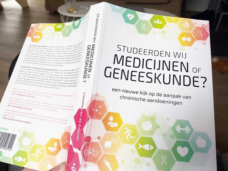 Boekreview: Studeerden wij medicijnen of geneeskunde?