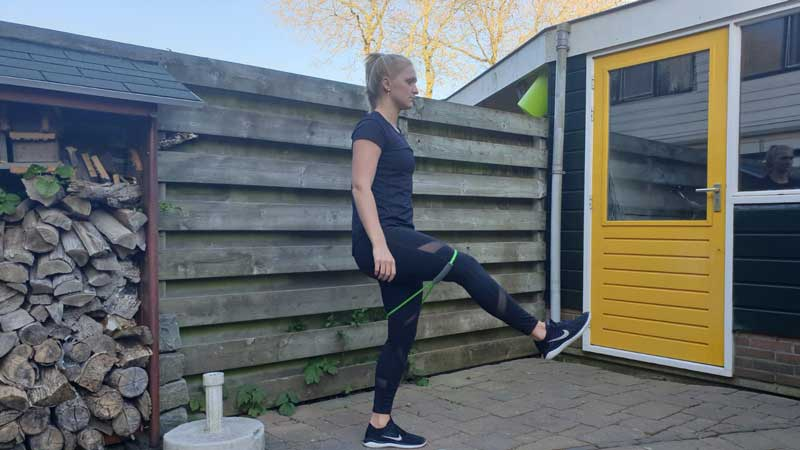 Resisted Kick, thuis trainen met elastiek