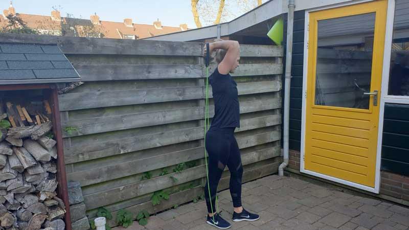 Tricep Extension, thuis oefenen met een weerstandsband
