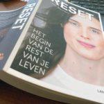 Boekreview Reset, een boek van Lana Bauwens over darmkanker en het herstarten van haar leven.
