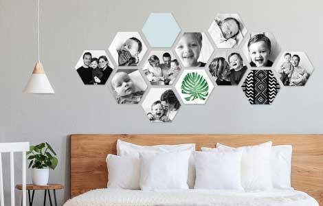 Zeshoekige foto's bij elkaar op de muur.