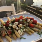 caprese salade gemaakt met witte asperges
