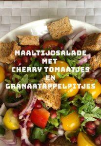 Maaltijdsalade met cherrytomaatjes en granaatappel