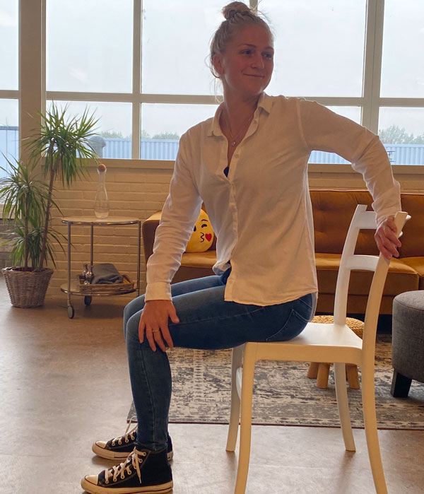 Regina laat zien hoe zittende oefeningen helpen bij een pijnlijk lichaam