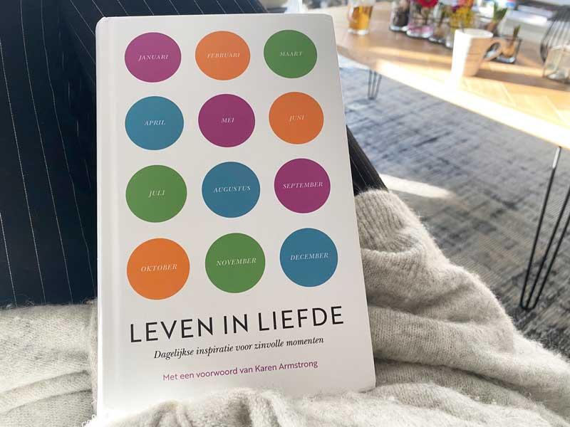 Boek Leven in Liefde | Dagelijkse inspiratie op gebied van zingeving, liefde en verbinding