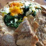 Gevuld zuurdesembrood met spinazie, paprika en feta