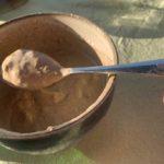 Recept zwarte, zachte knoflooksaus. Gemaakt met zwarte knoflook.